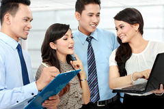 Groep bedrijfsmensen die laptop samenkomen Stock Fotografie