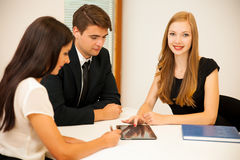 Groep Bedrijfsmensen die naar oplossing met brainstormi zoeken Royalty-vrije Stock Afbeeldingen