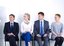 Groep bedrijfsmensen die op stoel in bureau zitten Groep bedrijfsmensen Stock Foto's