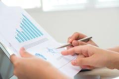 Groep bedrijfsmensen die op zaken richten Stock Afbeelding