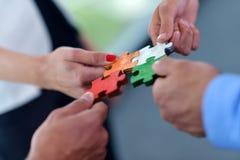 Groep bedrijfsmensen die puzzel assembleren Stock Afbeeldingen