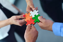 Groep bedrijfsmensen die puzzel assembleren stock afbeelding
