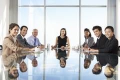 Groep Bedrijfsmensen die Raadsvergadering hebben rond Glaslijst stock afbeeldingen