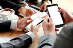 Groep bedrijfsmensen die smartphone gebruiken royalty-vrije stock foto