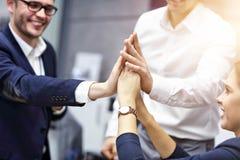 Groep bedrijfsmensen die succes in bureau vieren stock fotografie