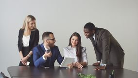 Groep bedrijfsmensen die tabletcomputer met behulp van tijdens een vergadering stock fotografie