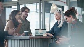 Groep bedrijfsmensen die toevallige bespreking hebben tijdens vergadering stock videobeelden