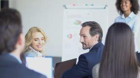 Groep Bedrijfsmensen die Vraag stellen aan Moderne de Conferentiezaal van Onderneemsterleading presentation in stock videobeelden