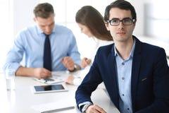 Groep bedrijfsmensen die vragen bespreken op vergadering in modern bureau Headshot van zakenman bij onderhandeling royalty-vrije stock foto