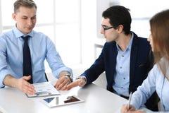 Groep bedrijfsmensen die vragen bespreken op vergadering in modern bureau Managers bij onderhandeling of uitwisseling van idee?n stock foto