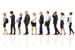 Groep bedrijfsmensen die zich in lijn op een witte weerspiegelende achtergrond bevinden royalty-vrije illustratie
