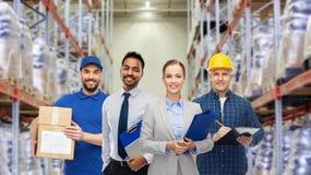 Groep bedrijfsmensen en pakhuisarbeiders stock afbeeldingen