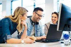 Groep bedrijfsmensen en softwareontwikkelaars die als groep in bureau werken royalty-vrije stock foto's