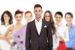 Groep bedrijfsmensen met zakenmanleider in grappige hoed Royalty-vrije Stock Afbeeldingen