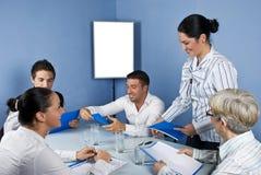 Groep bedrijfsmensen in midden van vergadering Royalty-vrije Stock Afbeelding