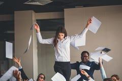 Groep bedrijfsmensen ondersteunend dansende vrouwelijke collega Stock Afbeelding