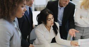 Groep bedrijfsmensen tijdens vergadering die in bureau rapporten en contracten, team bespreken van beroeps die werken met stock video