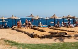 Groep bejaarde mensen die bocce op het strand spelen Royalty-vrije Stock Afbeeldingen