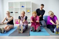 Groep bejaarde mensen die oefeningen doen Stock Afbeelding