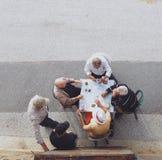 Groep bejaarde mensenspeelkaarten buiten Royalty-vrije Stock Foto's