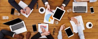 Groep bezige bedrijfsmensen die in bureau, hoogste mening samenkomen