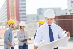 Groep bouwers met tabletpc en blauwdruk Stock Foto