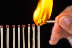 Groep brandwond en onverbrande gelijken, op zwarte achtergrond stock afbeeldingen