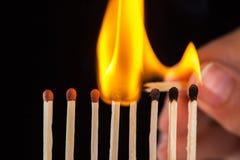 Groep brandwond en onverbrande gelijken, op zwarte achtergrond royalty-vrije stock fotografie