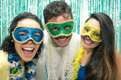 Groep Braziliaanse vrienden die Carnaval-kostuum dragen Feestneuzen AR royalty-vrije stock afbeeldingen