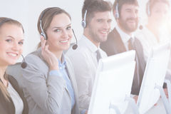 Groep call centrearbeiders stock fotografie