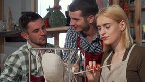 Groep ceramische kunstenaars die aan een beeldhouwwerk samenwerken royalty-vrije stock afbeeldingen