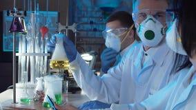 Groep chemici die in een laboratorium werken stock foto's
