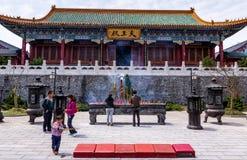 Groep Chinese mensen voor de Tianmenshan-tempel bovenop Tianmen-Berg royalty-vrije stock afbeeldingen