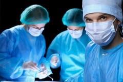 Groep chirurgen in maskers die handeling uitvoeren Geneeskunde, chirurgie en noodsituatiehulpconcepten royalty-vrije stock fotografie