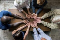 Groep christendommensen die hoop samen bidden stock foto's