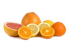 Groep citrusvruchten die op wit wordt geïsoleerd Stock Afbeelding