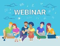 Groep creatieve mensen die laptop en tablet de zitting van PC op vloer en het letten op online webinar gebruiken vector illustratie