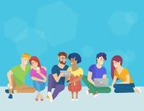 Groep creatieve mensen die smartphone, laptop en tablet de zitting van PC op de vloer gebruiken royalty-vrije illustratie