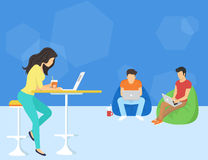 Groep creatieve mensen die smartphone, laptop en tablet de zitting van PC op de vloer gebruiken Royalty-vrije Stock Afbeelding