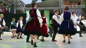 Groep dansers van Hongarije in traditioneel kostuum stock footage