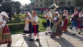 Groep dansers van Italië in traditioneel kostuum stock footage