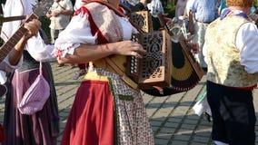 Groep dansers van Italië in traditioneel kostuum stock video