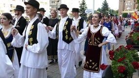 Groep dansers van Roemenië in traditioneel kostuum stock videobeelden