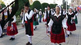 Groep dansers van Spanje in traditioneel kostuum stock videobeelden