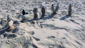 Groep de cijfers van de strandsteen in Sandwichdoctorandus in de letteren Maart weg aan een verre plaats Royalty-vrije Stock Fotografie