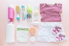 Groep de kleren en het materiaal van het babymeisje Stock Afbeelding
