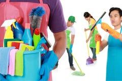 Groep de schoonmakende diensten klaar om de karweien te doen royalty-vrije stock foto's