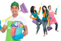 Groep de schoonmakende diensten klaar om de karweien te doen stock afbeeldingen