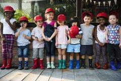 Groep de vrienden die van kleuterschooljonge geitjes vergrootglas houden voor royalty-vrije stock afbeelding