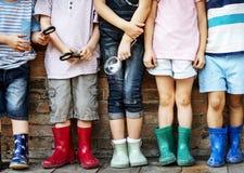 Groep de vrienden die van kleuterschooljonge geitjes vergrootglas houden voor royalty-vrije stock foto
